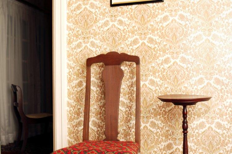 Quitar el papel tapiz puede ser una tarea desordenada si no se hace apropiadamente.