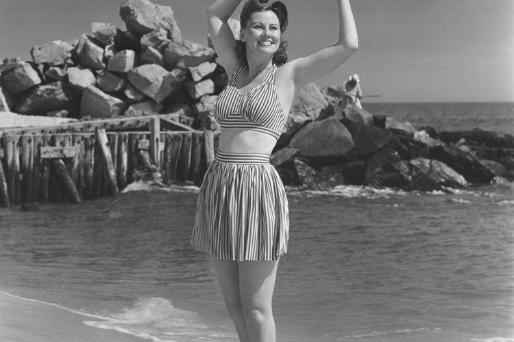 Los trajes de dos piezas al inicio de los 60s portaban faldas a la altura del muslo.