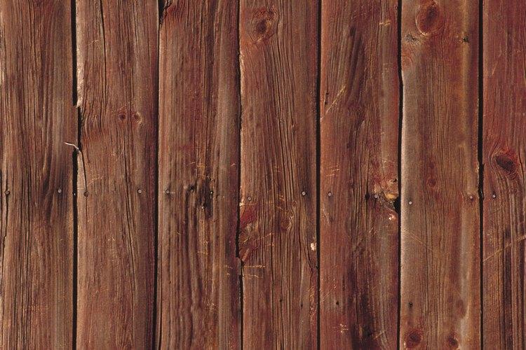 Arma el marco del piso con las tablas de madera.