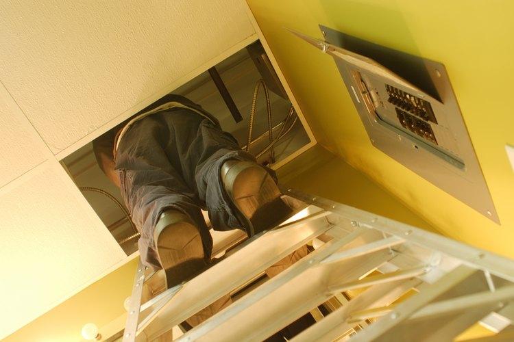 Los electricistas cobran una tarifa por hora en base a su experiencia, la industria y la ubicación.