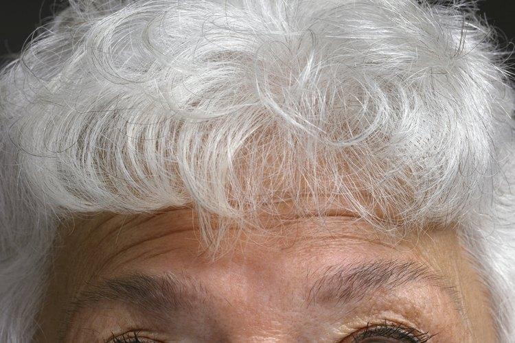 El cabello con canas absorbe fácilmente el tinte para cabello ya que es bastante poroso.