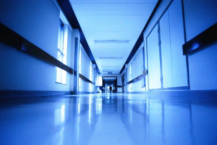 El servicio de limpieza de un hospital incluye la limpieza y el mantenimiento de la institución médica.