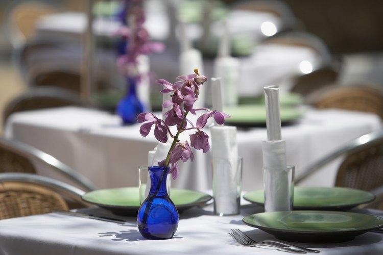 Centros de mesa morados y azules.