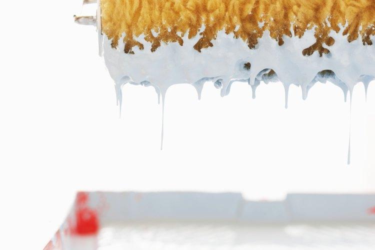 Usa el rodillo adecuado para pintar paredes texturizadas.