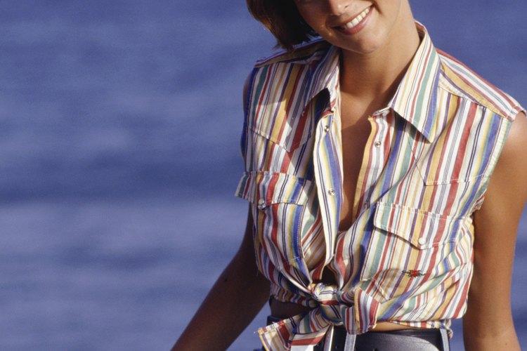 Los shorts de cintura alta con un cinturón añaden curvas a los marcos rectos.