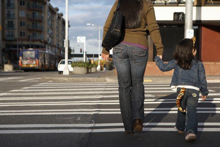 Enseña a tu niño pequeño los peligros de la calle para mantenerlo a salvo.
