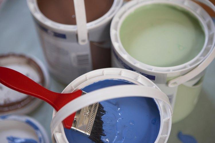 Algunos tonos de azul y café chocan con el verde mar.
