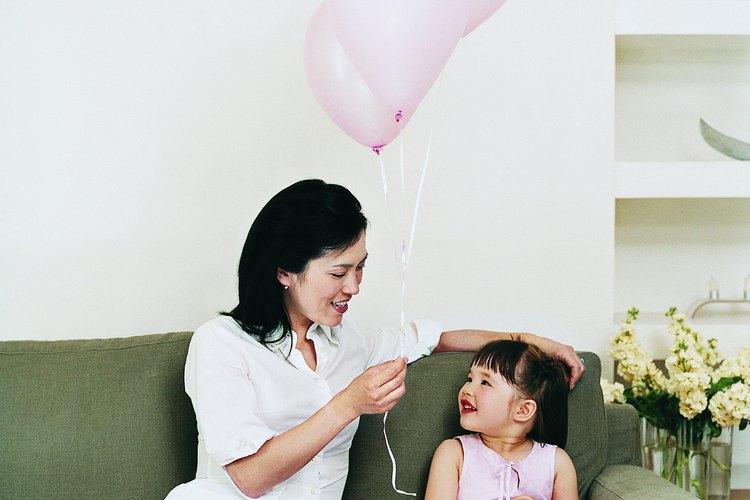 En este versículo, la madre ideal es aquella que honra a Dios, ama a su marido y sus hijos, se ocupa de las necesidades de los menos afortunados y mantiene bien su casa.