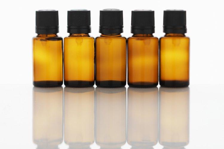 Guarda el aceite esencial de lavanda en botellas de vidrio oscuro para mantener su frescura.