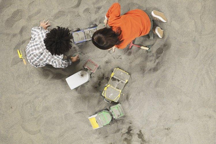 Permite que los estudiantes excaven en la caja de arena para explorar de qué está hecha la arena.
