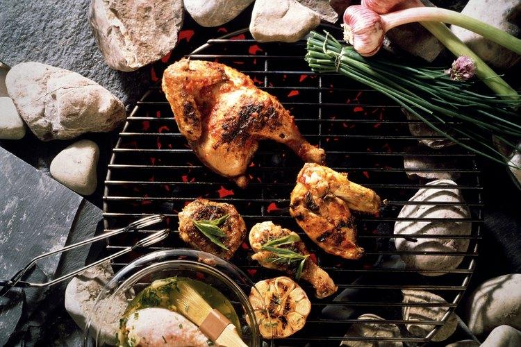 Pinta el pollo con el resto de la marinada mientras lo grilles.