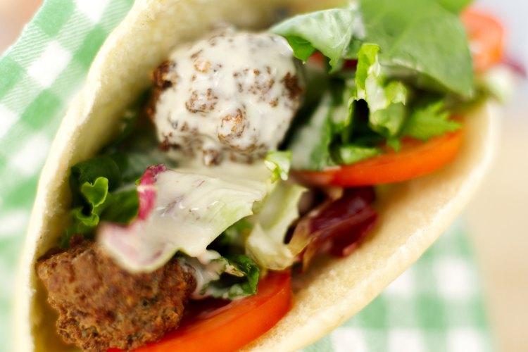Rellena tu pan pita con ingredientes saludables como el falafel.