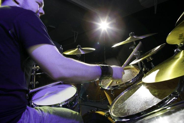 Los bateristas a menudo son colocados en una plataforma elevada.
