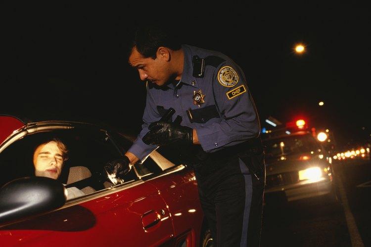 Varios tipos de condenas penales pueden impedirte llegar a ser un oficial.