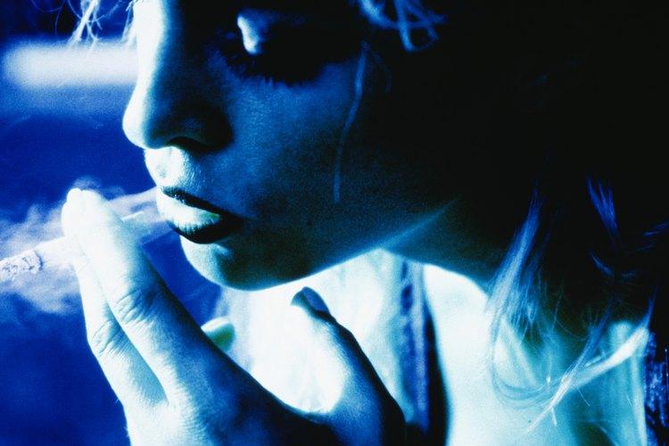 Los adolescentes pueden influir en los niños a fumar de varias maneras, incluyendo la presión de sus pares.