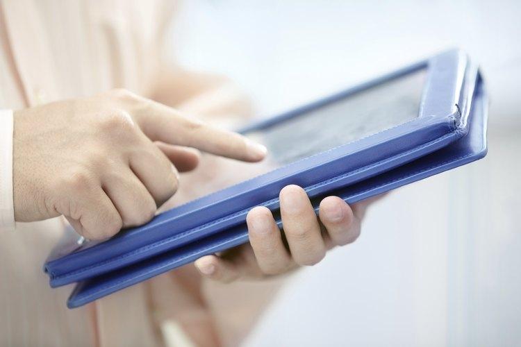 Hombre con una tableta electrónica.