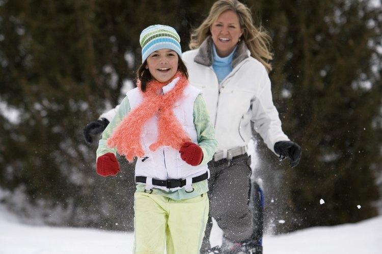 Tu hijo disfrutará más caminar sobre la nieve si le permites caminar delante de ti.