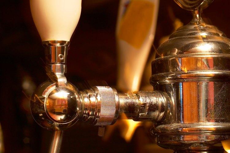 Cargar un barril con CO2 es necesario para obtener una cabeza espumosa en la cerveza.