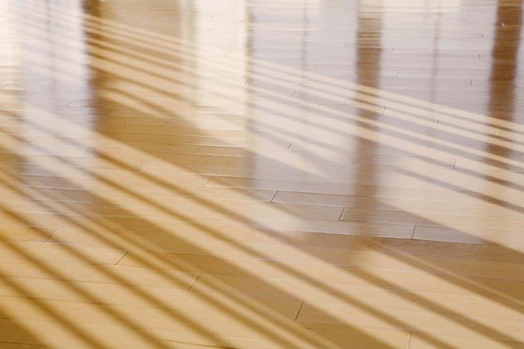 Restaura el brillo de tu piso de madera o mueble con un acabado fresco.