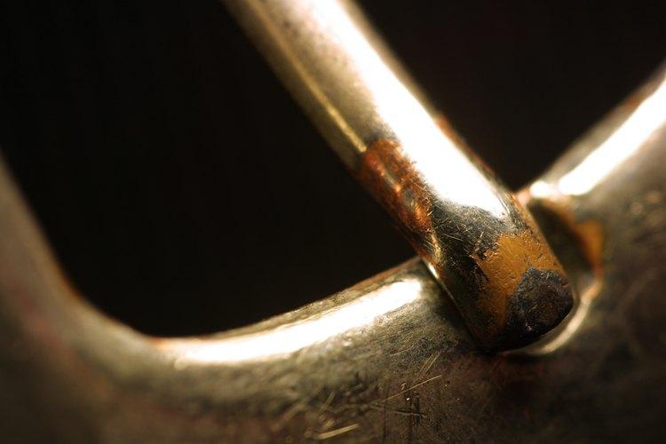 El Brasso puede usarse para limpiar y pulir hebillas de cinturones y zapatos.