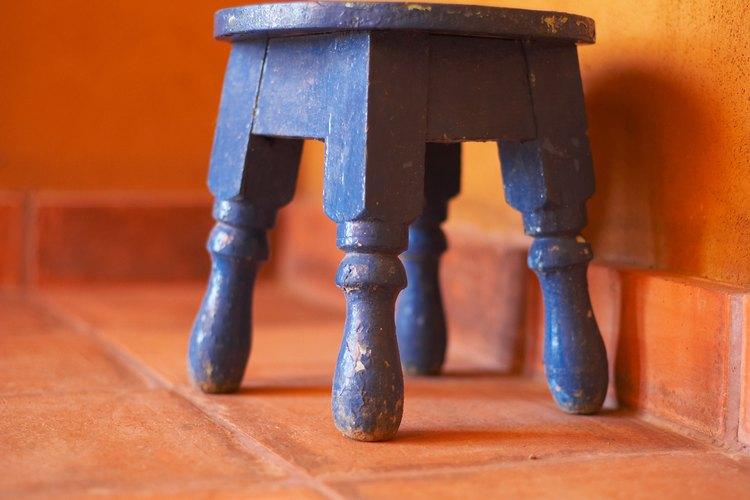 Para colocar los pisos nuevos sobre la cerámica, se utiliza un adhesivo muy efectivo.