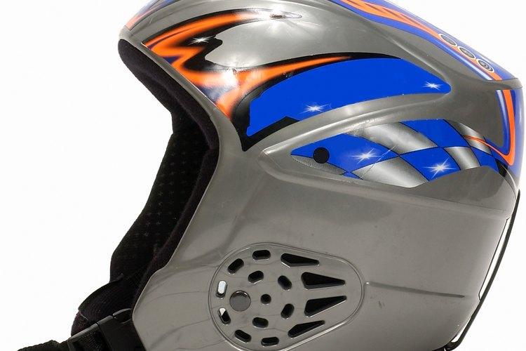 Para los amantes del deporte con tabla de nieve, es muy importante el uso de casco pues realizan frecuentemente saltos y giros extremos.