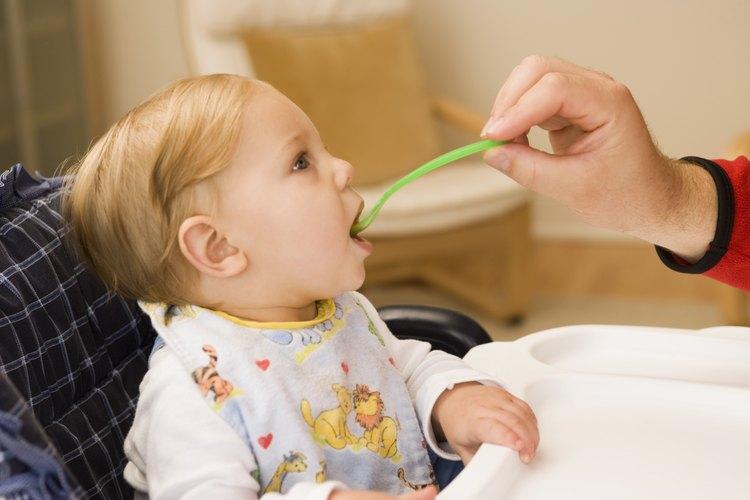 Alimenta a tu bebé con muchos vegetales.