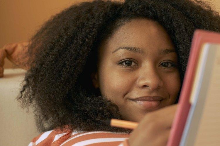Las adolescentes pueden escribir o dibujar en un nuevo periódico.