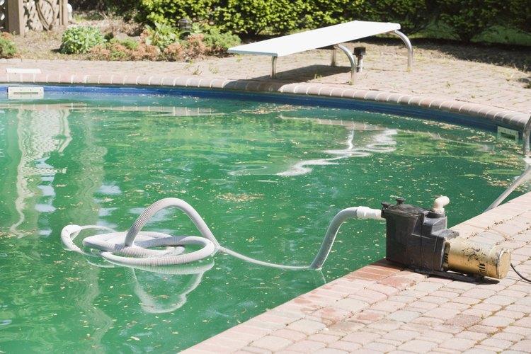 Observa el agua que sale de la manguera de retrolavado.