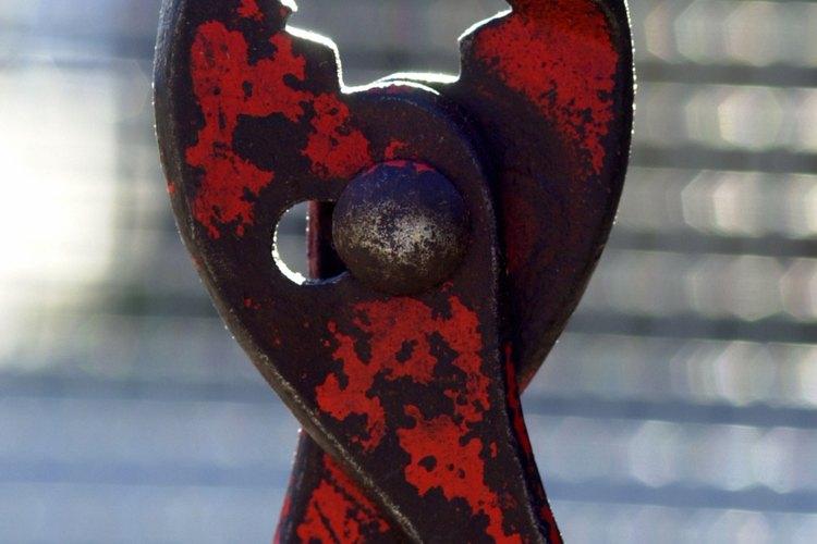 Usa el alicate para sujetar la parte inferior de la punta de acero firmemente.