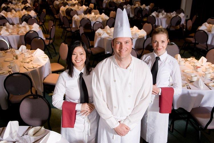 El personal de banquetes sirve a grandes grupos.