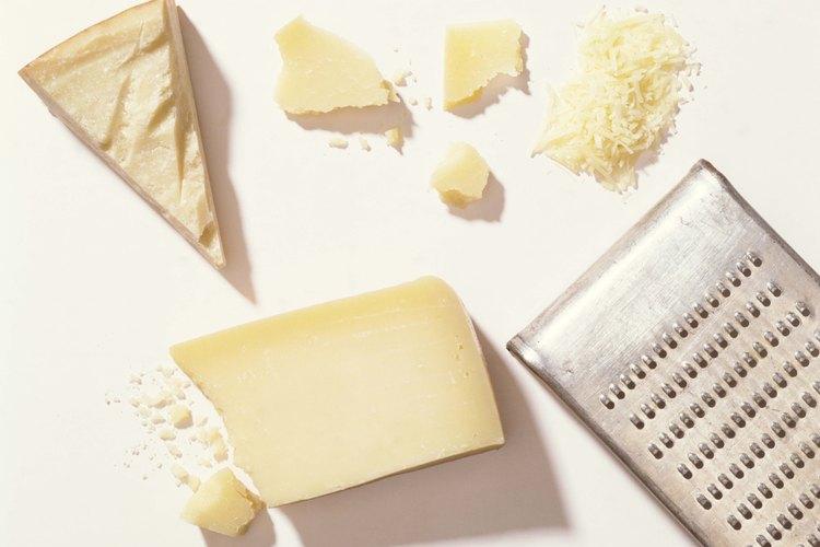 El agregado de queso parmesano transforma una salsa de crema tradicional en una salsa Alfredo.