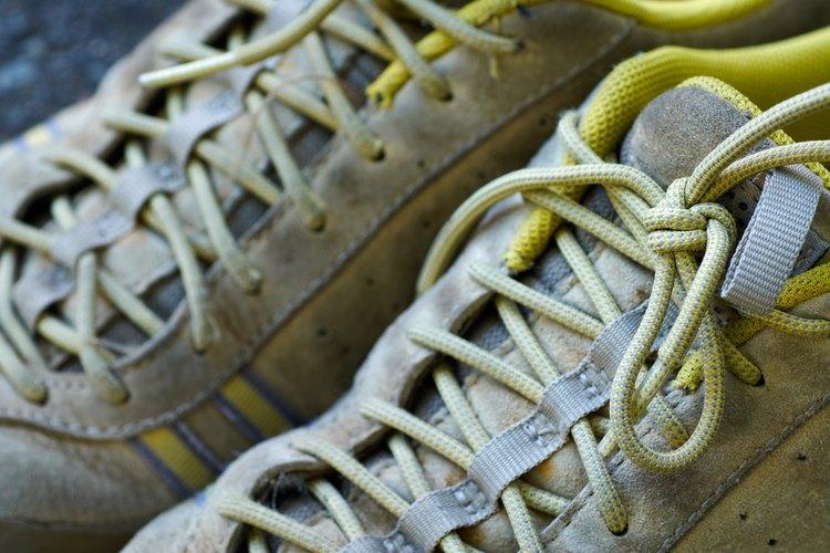 Extraer las suelas de una zapatilla de deporte puede ser completado en unos sencillos pasos.