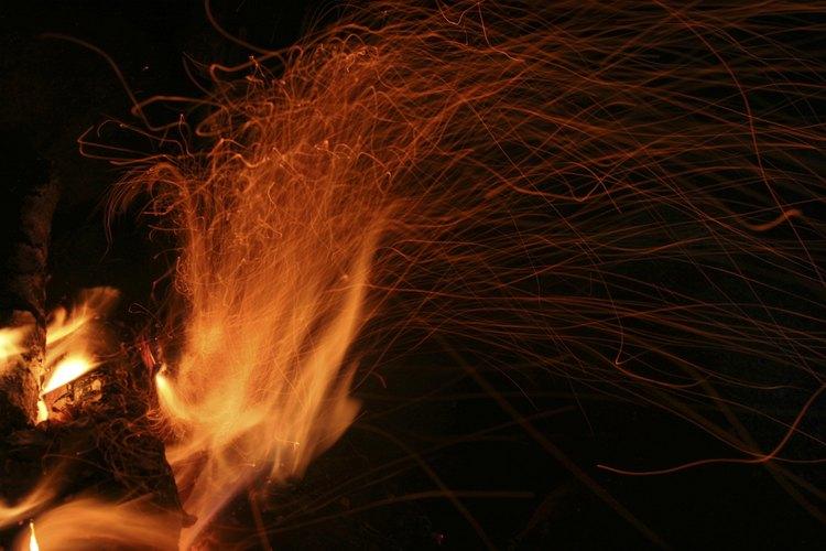 Para evitar que el fuego genere problemas, es importante llevar agua en buena cantidad para apagar todas las llamas al final del encuentro.