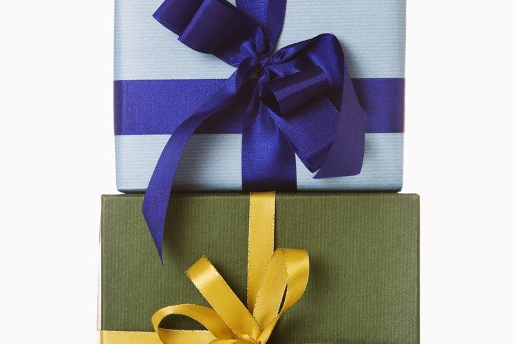 Puedes traer una variedad de obsequios a un intercambio de regalos tipo elefante blanco (desde un tazón de café hasta un certificado de regalo).