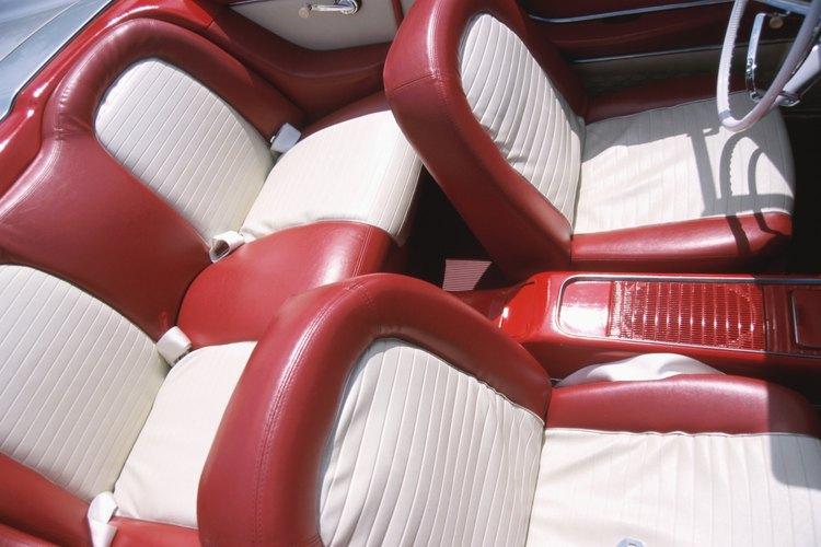 Las manchas de sangre aparecen de manera más prominente en los asientos más claros.