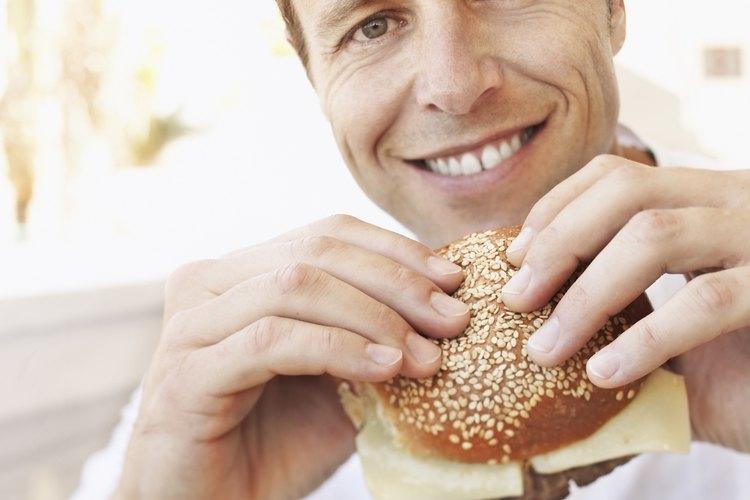 Coloca cada hamburguesa con la cebolla hacia arriba en la mitad superior de un pan, utilizando la espátula