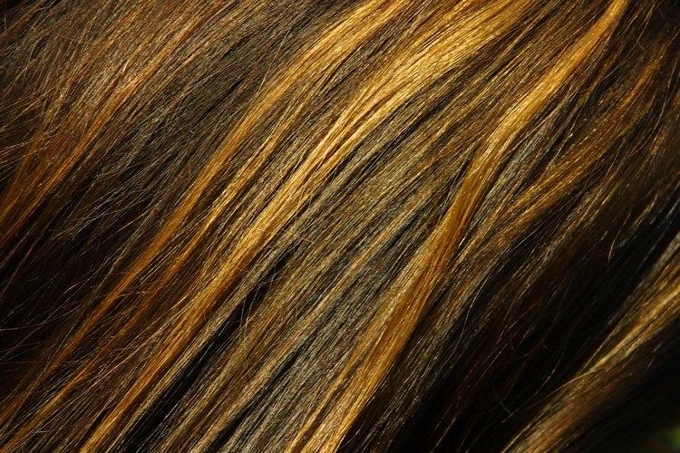 Añade dimensión a tu cabello con reflejos y mechones oscuros.