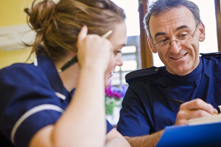 Enfermera conversa con un paciente.