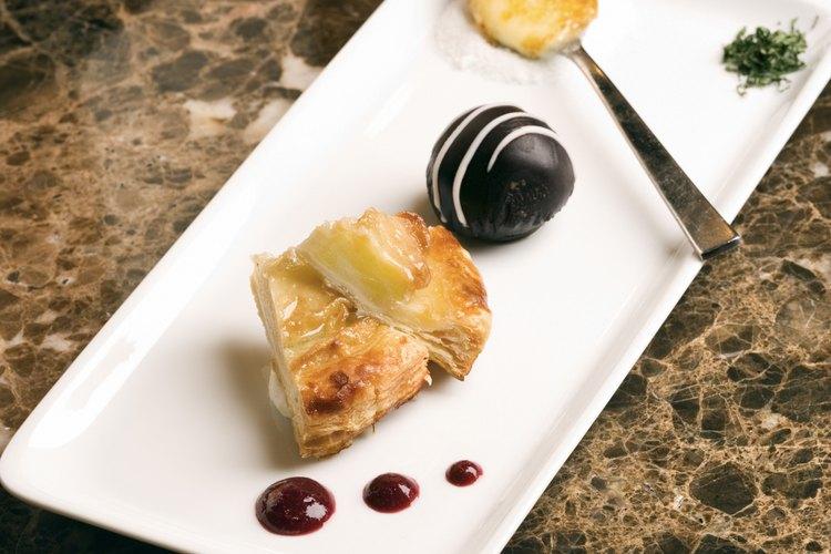 Los postres de especialidades son creados por chefs pasteleros en los restaurantes.