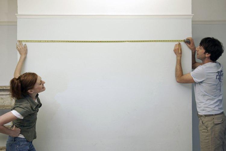 Mide las ubicaciones para los soportes en tu pared.