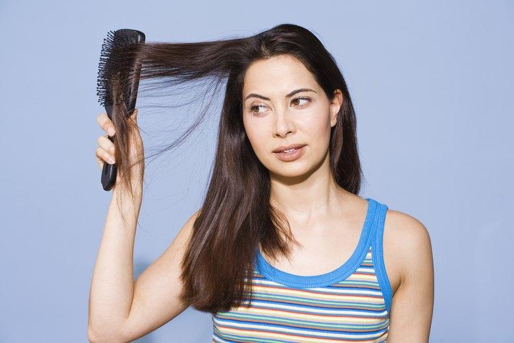 Puedes probar la plancha de vapor para obtener un cabello suave y lacio.