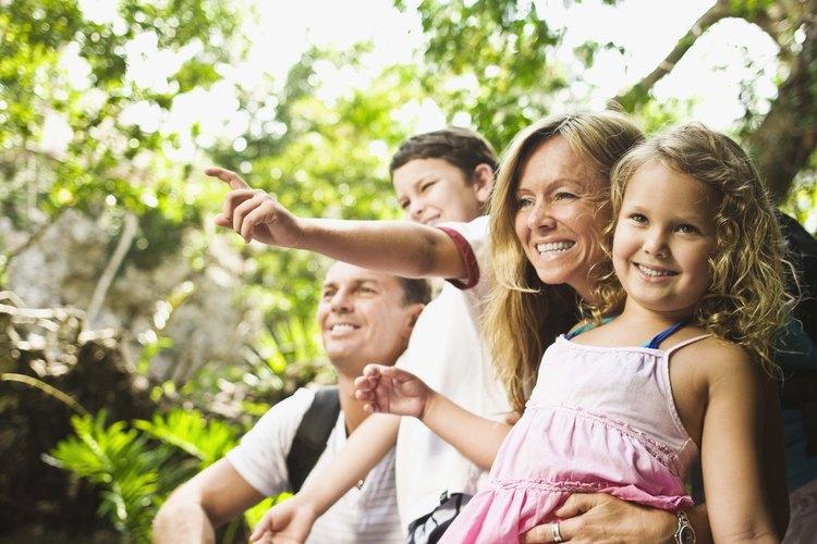 La búsqueda del tesoro es una manera en que la familia puede disfrutar de la naturaleza.
