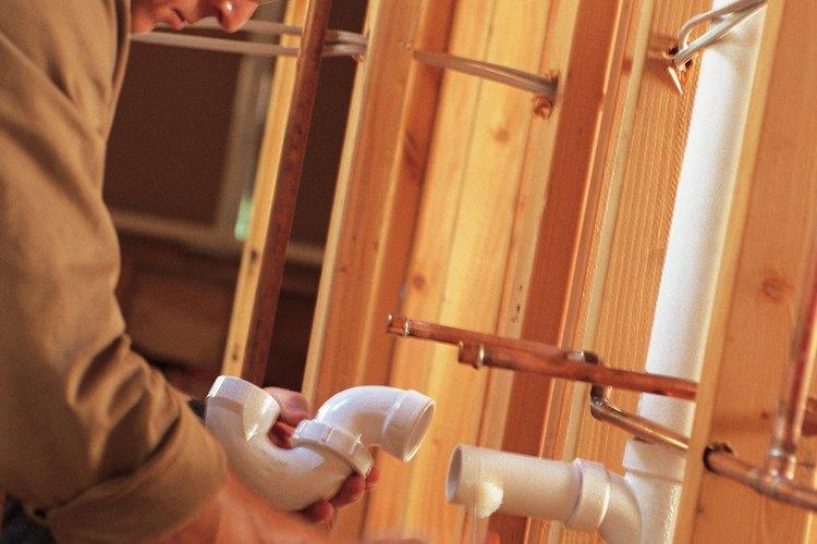 Los tubos de ventilación se elevan por encima de la tuberías de desagüe para salir por el techo.