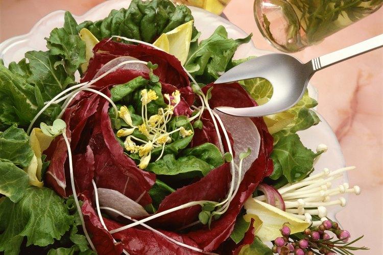 Haz vinagre casero para condimentar tus ensaladas.