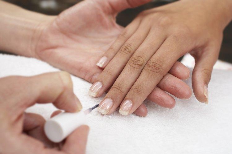 El esmalte de uñas y los solventes pueden ser culpados por las uñas infelices.