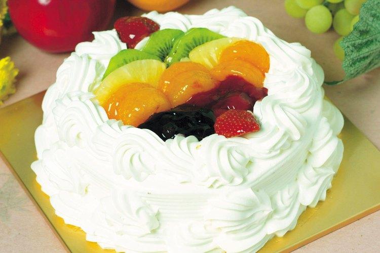 Una cobertura de fruta es una manera de disimular la porción del pastel que quitaste por falta de cocción.