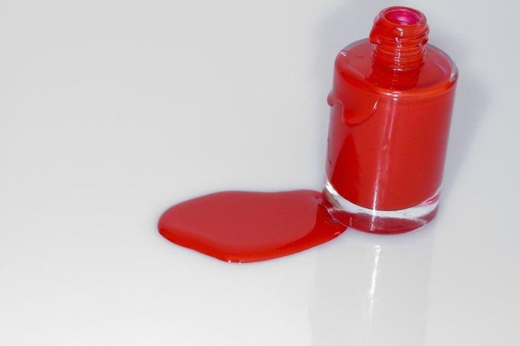Limpia esmalte de uñas derramado tan pronto como sea posible.