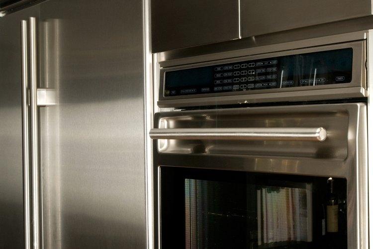 Un refrigerador Samsung tiene una luz indicadora de filtro para informarte cuando ha llegado el momento de cambiar el filtro de agua.