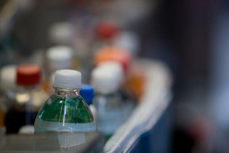 El agua embotellada ha crecido en popularidad, aunque los estudios sugieren que no es muy diferente que la del grifo.